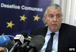 El embajador de la Unión Europea en Cuba, Herman Portocarero, habla durante una rueda de prensa.