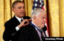 Barack Obama condecora a Ben Bradlee con la Medalla Presidencial de la Libertad 2013.