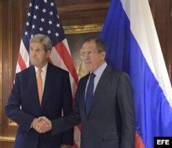 John Kerry y Serguéi Lavrov (d-i), durante un encuentro en Viena.