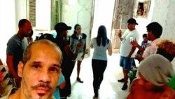 Artistas y activistas permanecen en la sede del Movimiento San Isidro en una acción poética de resistencia por la libertad de Denis Solís. (Facebook/Yasser Castellanos)