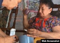 Erminda Parra, una anciana holguinera que espera por el subsidio del Estado para reparar su casa.