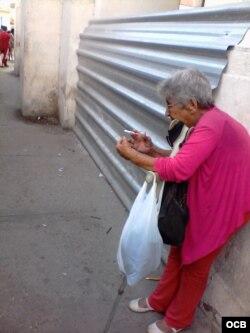 Esta anciana se para en las afueras de los hoteles de cinco estrellas a pedir monedas, no lo hace en parques. Es muy popular dentro del mundo hotelero de la Habana Vieja.