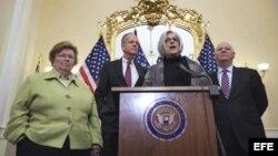 Judy Gross (2-d), la mujer de Alan Gross, junto al senador republicano de Kansas Jerry Moran (c-i) y los senadores demócratas de MaryLand Ben Cardin (d) y Bárbara Mikulski (i) en el Capitolio de Washington, EE.UU.
