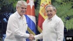 Raúl Castro saluda al ministro de Asuntos Exteriores y de Cooperación de España Alfonso Dastis. (Archivo)