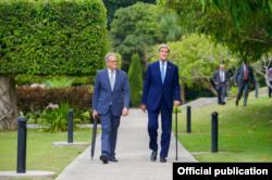 DeLaurentis y John Kerry en los jardines de la residencia.