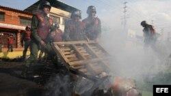 Miembros de la Guardia Nacional Bolivariana (GNB) retiran escombros el miércoles 19 de febrero de 2014, tras las protestas registradas en el sector El Prebo de Valencia (Venezuela).