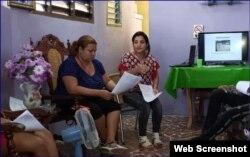 Haydée Hidalgo Ladrón de Guevara (der.) y Arianna Ávila Gilart imparten un taller en Santiago de Cuba. (Captura de imagen/CubaNet)