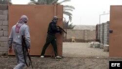 Milicianos suníes en posición de ataque