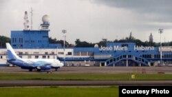 Un vuelo chárter aterriza en el aeropuerto internacional José Martí de La Habana. (Archivo)