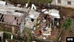Vista aérea de familias en labores de recuperación después del paso del huracán Ike sobre Pinar del Río. Archivo.