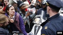 Manifestantes discuten con oficiales de la policía de Nueva York (14 de abril, 2015).