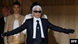 El diseñador alemán Karl Lagerfeld aparece tras la presentación de su colección primavera/verano 2016 para Chanel durante la Semana de la Moda de Alta Costura celebrada en París el 26 de enero de 2016.