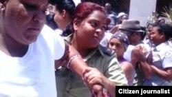 Una Dama de Blanco fue arrestada el 3 de julio. Foto Angel Moya.