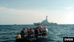 Balseros rescatados en alta mar por la Guardia Costera de EEUU. (Imagen de Archivo)
