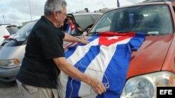 Un hombre coloca una bandera de cuba en su vehículo el 6 de junio de 2015, cuando unos 300 exiliados cubanos se concentraron en Miami.