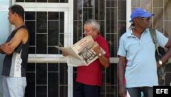 Un cubano lee sobre la Ley de Inversión Extranjera.