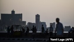 Denuncias de redadas en el Malecón y acoso por la policía; Escocia se convierte en el primer país en incluir temas vinculados a la comunidad LGBTI en su enseñanza básica; y un cubano gay en Holanda lanza una petición a la ONU a través de Change.org