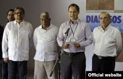 El portavoz Iván Márquez y otros miembros de las FARC con el Embajador de Cuba en Colombia, José Luis Ponce Caraballo.