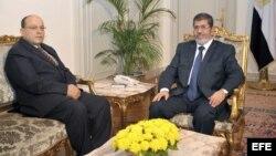El presidente Mohamed Morsi (d) se reúne con el nuevo fiscal general Talat Ibrahim (i) en El Cairo, Egipto.