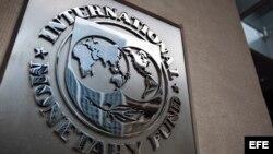 Imagen del logotipo del Fondo Monetario Internacional (FMI), colocado en la entrada de un edificio de la sede, el edificio HQ2, en Washington DC, Estados Unidos.