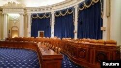La sala donde tendrá lugar la primera audiencia pública en el proceso de juicio político contra el presidente Trump. (REUTERS/Joshua Roberts)