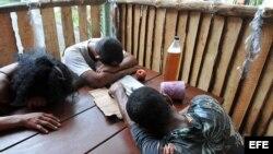 Varias personas duermen agotados de tanto beber en Santiago de Cuba, en el oriente de la isla.