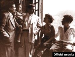 Entrevistado por el periodista de Bohemia Raúl Martín Sánchez (izquierda) en el Presidio Modelo, aparecen en esta foto Fidel Castro, su hijo Fidelito, su esposa Mirtha Díaz-Balart y Raúl Castro.