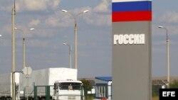 Camiones, parte de un convoy ruso con ayudas, espera para cruzar la frontera con Ucrania.