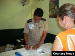 Un oficial de Aduana en Cuba revisa los equipajes.