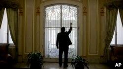 El embajador cubano José Ramón Cabanas muestra los disparos en la entrada principal de la embajada. AP Photo/Andrew Harnik)