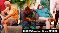 Pacientes de COVID-19 con dificultades respiratorias a la espera de recibir oxígeno en Ghaziabad, India