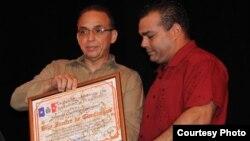 Eddy Coll dando diploma de Hijo Ilustre de Cienfuegos al espía cubano, Antonio Guerrero.
