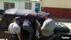 """Francisco Rangel Manzano, promotor del proyecto humanitario """"Capitán Tondique"""", es detenido por la policía mientras distribuía alimentos a desamparados el 14 de febrero de 2018 en Colón, Matanzas."""