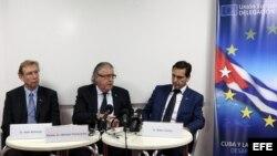 El embajador de la UE en Cuba, Herman Portocarero (c); el ministro consejero Alain Botho (i); y Didier Carton (d), experto de la Dirección General de Salud y Protección del Consumidor de la CE.