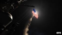 Fotografía cedida por la Oficina de Información de la Marina de los Estados Unidos que muestra la nave destructora de misiles USS Porter al momento de lanzar un ataque con misiles Tomahawk en el Mar Meditarráneo, este viernes 7 de abril de 2017. Fuerzas m