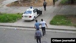 Reporta Cuba. Detención el domingo 19 de julio del reportero Lázaro Yuri Valle (con gorra y pullover azul).