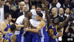 Jugadores de los Warriors celebran su victoria ante los Cavaliers en el sexto partido de las finales de la NBA.