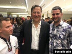 Al llegar al aeropuerto, los jóvenes cubanos tuvimos la dicha de ser recibidos por el presidente de Panamá. (Foto: Facebook de Julio Pernús)