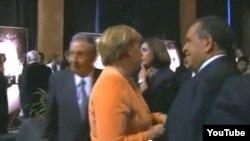 Angela Merkel da la espalda al gobernante Raúl Castro.
