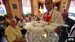 Un cantinero sirve daiquirís en El Floridita, en La Habana (Cuba).