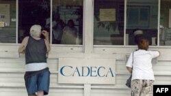 Cubanos cambian dólares estadounidenses por pesos convertibles en una Casa de Cambio (CADECA). (Archivo/Adalberto ROQUE/AFP)