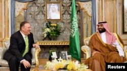 Mike Pompeo junto al príncipe Mohammed bin Salman en Jeddah, Arabia Saudita el 18 de septiembre. Mandel Ngan/Pool vía Reuters.