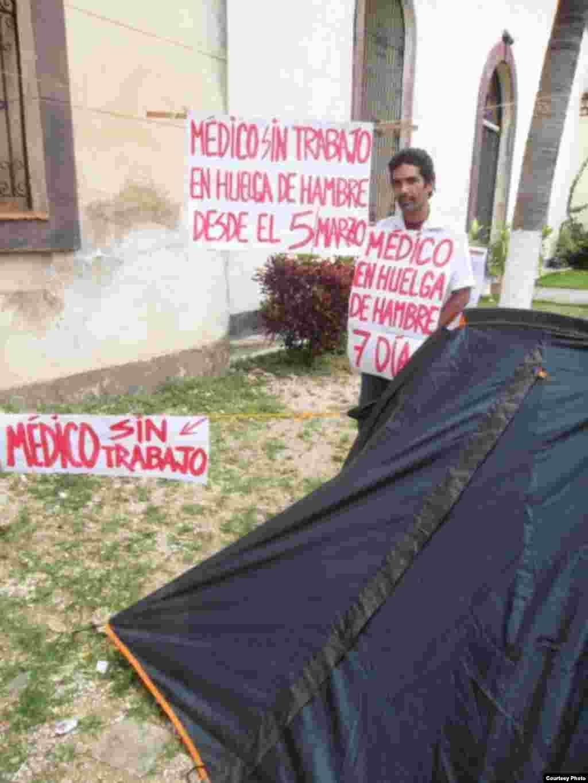 Jeovany Jiménez Vega, médico en huelga de hambre junto a familiares y amigos