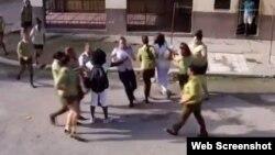 Agentes del MININT y la policía detienen a Berta Soler y otras dos Damas de Blanco frente a la sede del grupo opositor en Lawton, La Habana, en octubre del 2019.