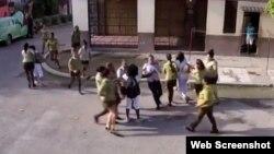 Agentes del MININT y la policía detienen a Berta Soler y otras dos Damas de Blanco frente a la sede del grupo opositor en Lawton, La Habana.