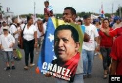 CUBA Desfile por 1 de mayo de 2013 un hombre sostiene un afiche del fallecido presidente venezolano Hugo Chávez