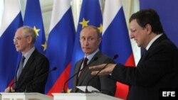 El presidente ruso, Vladimir Putin (c), comparece en una rueda de prensa durante la cumbre Rusia-UE.
