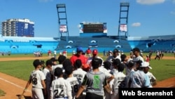 Grandes Ligas imparte clases prácticas a niños cubanos