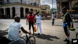 Habaneros usan máscaras protectoras en medio del nuevo coronavirus mientras hacen sus compras. (AP/Ramon Espinosa).