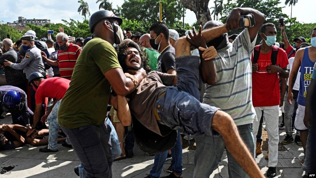Un hombre es arrestado durante el levantamiento popular, en La Habana, el 11 de julio de 2021.